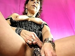 This kinky mature slut loves to please herself